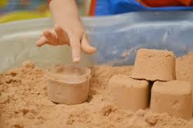طريقة عمل الرمل السحري بمكونات سهله